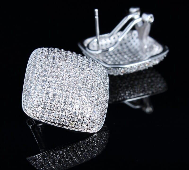 Jewelry background ideas - jewelry on a black background